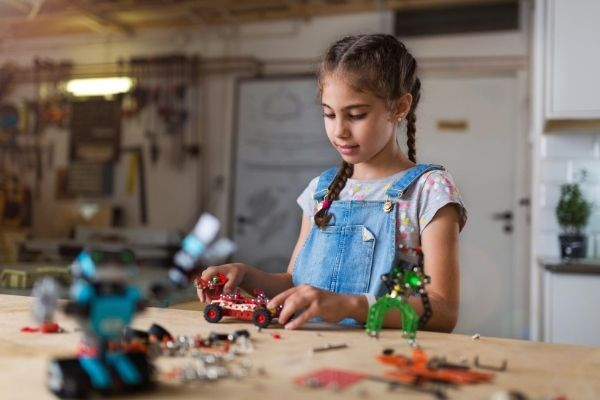 A little girl to making a DIY robot